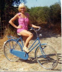 Fille-à-vélo-couleur1-260x300